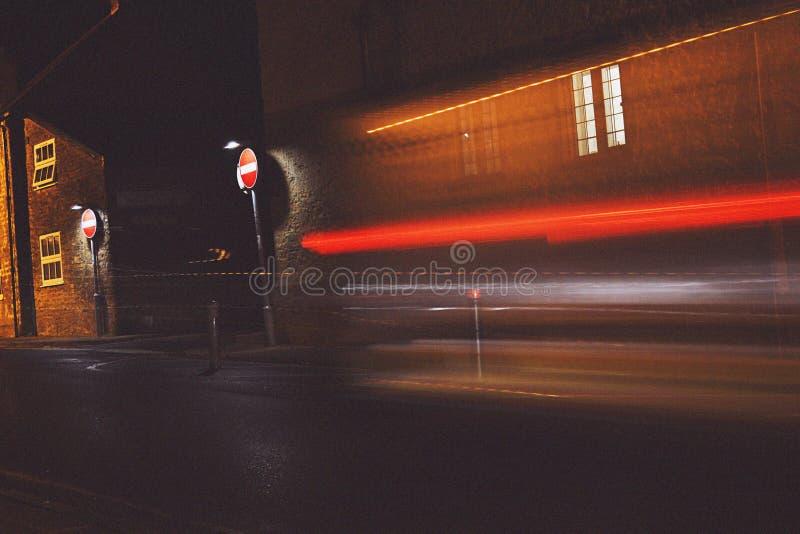 Следы света в улицах деревни ночи стоковые фотографии rf