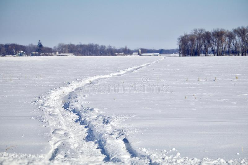 Следы снегохода прерии стоковые фото