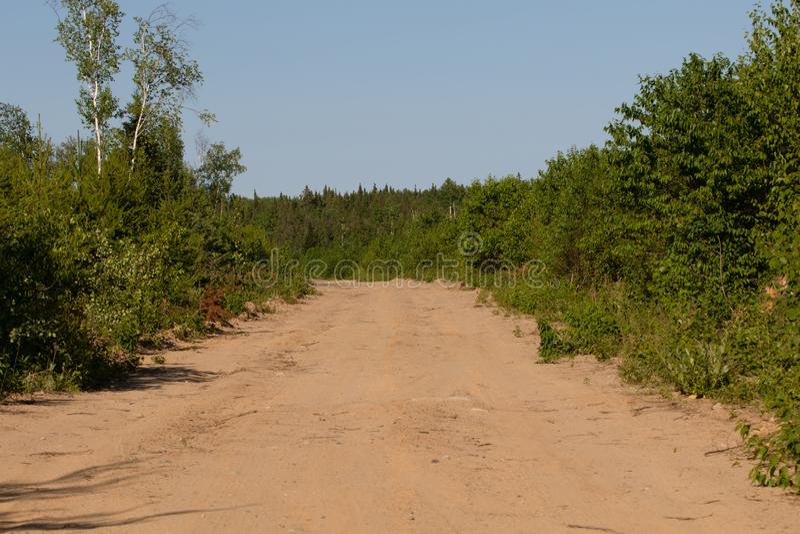 След дороги Sandy летом в Онтарио Канаде стоковое фото