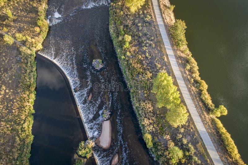 След запруды и велосипеда диверсии реки стоковые фотографии rf