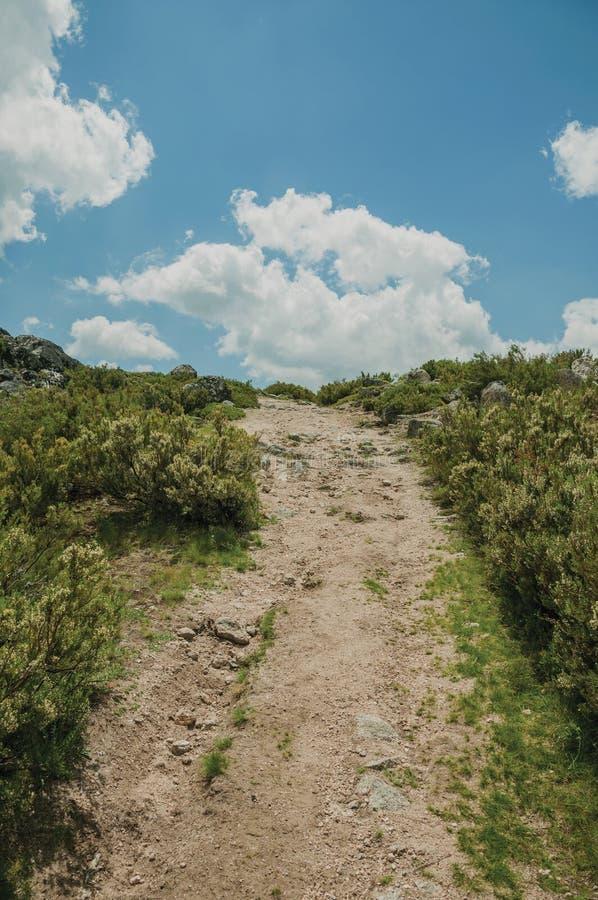 След идя через скалистую местность на гористых местностях стоковое фото