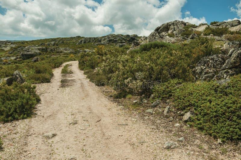 След идя через скалистую местность на гористых местностях стоковые фото