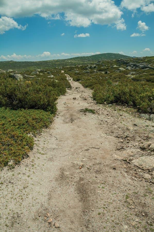 След идя через скалистую местность на гористых местностях стоковое изображение rf