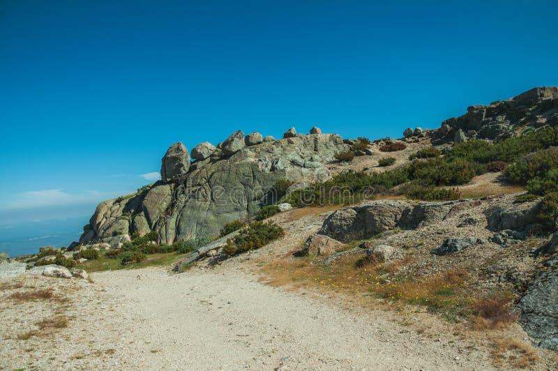 След идя через скалистые образования на гористых местностях стоковые фотографии rf
