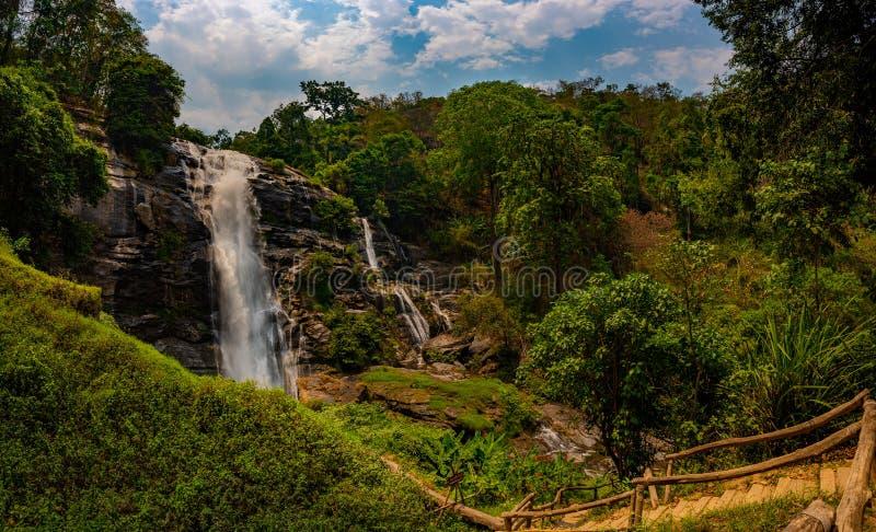 След к красивому водопаду Wachirathan окруженному сочным тропическим лесом в nera Чиангмае национального парка Doi Inthanon стоковое изображение rf
