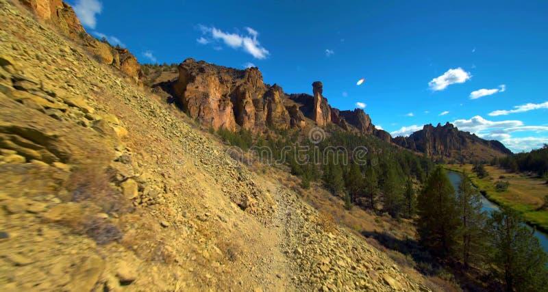След на парке штата утесов Смита, популярная зона дороги Бирмы скалолазания в центральном Орегоне около Terrebonne стоковое фото