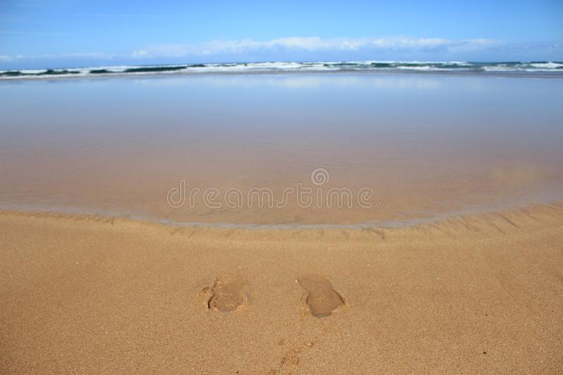 След ноги в песке на пляже Zarautz стоковые фото