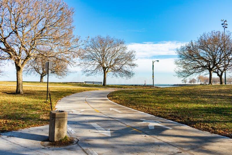 След прибрежной полосы озера Чикаго с выпивая фонтаном во время осени с обнаженными деревьями стоковое изображение rf