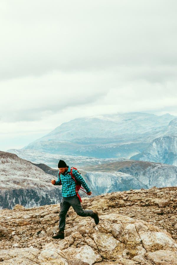 След человека бежать в горах путешествует здоровый образ жизни стоковые изображения rf
