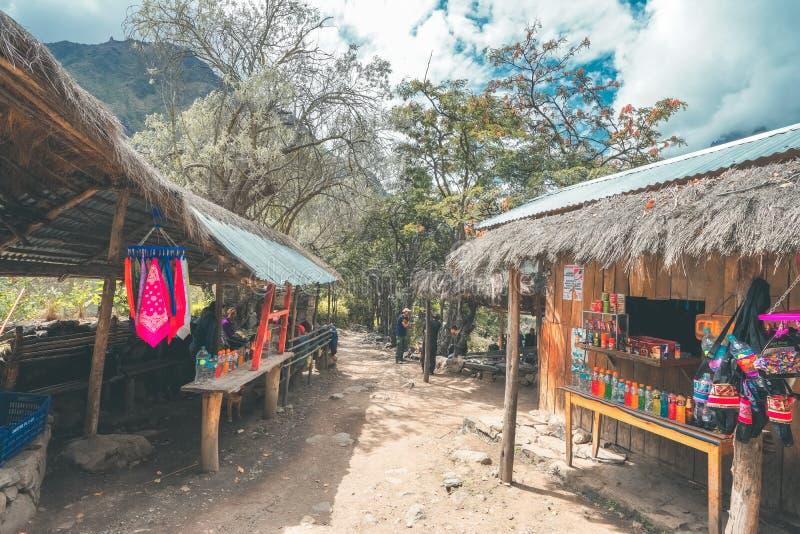 След Inca, Перу: 11-ое августа 2018: Бакалейные лавки пропуская через след Inca, продавая напитки, печенья, воду, etc стоковая фотография