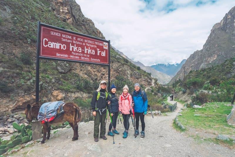 След Inca, Перу: 11-ое августа 2018: Группа в составе hikers принимает фото на пункте начала известного следа Inca Им к стоковые изображения