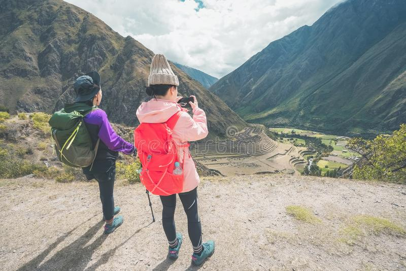 След Inca, Перу: 11-ое августа 2018: 2 молодых женских hikers принимают фото на известном следе Inca Им будет нужно идти 4 стоковая фотография
