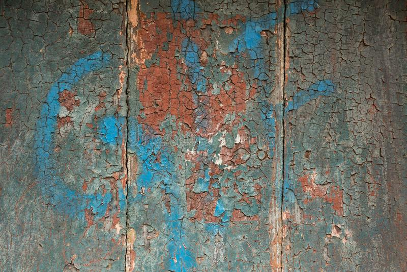 Слезать и треснутая краска на деревянной стене стоковые фото