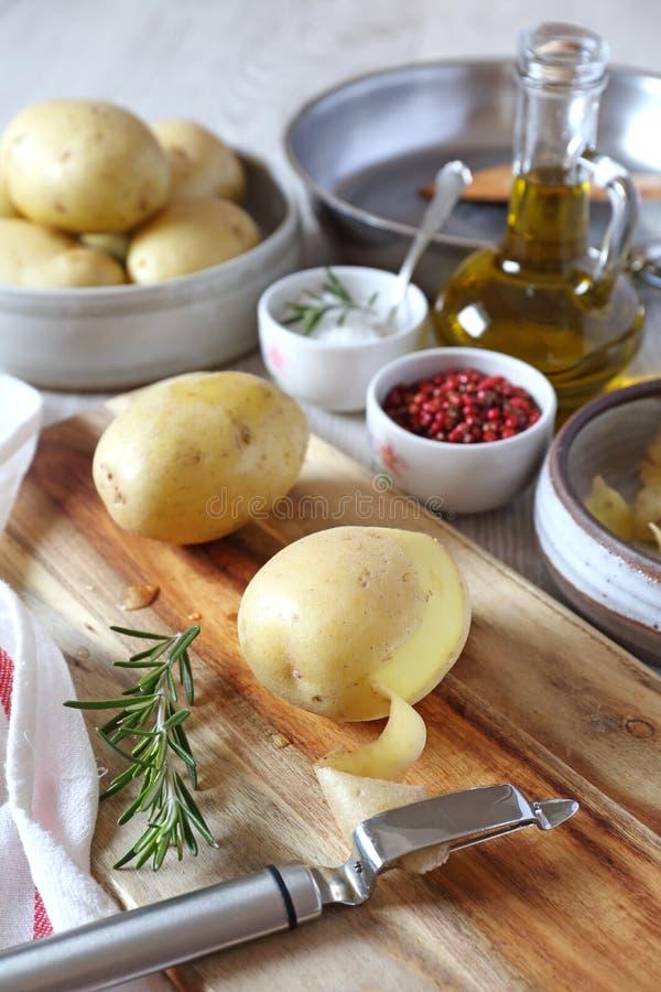 Слезли картошки для делать зажаренные картошки Ингридиенты и kitchenware стоковые фотографии rf