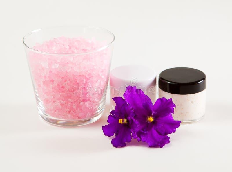 Сливк стороны и соль для принятия ванны моря фиолетов-пахнущая стоковая фотография rf