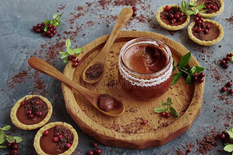Сливк шоколада в стеклянном опарнике и tartlets стоковая фотография rf