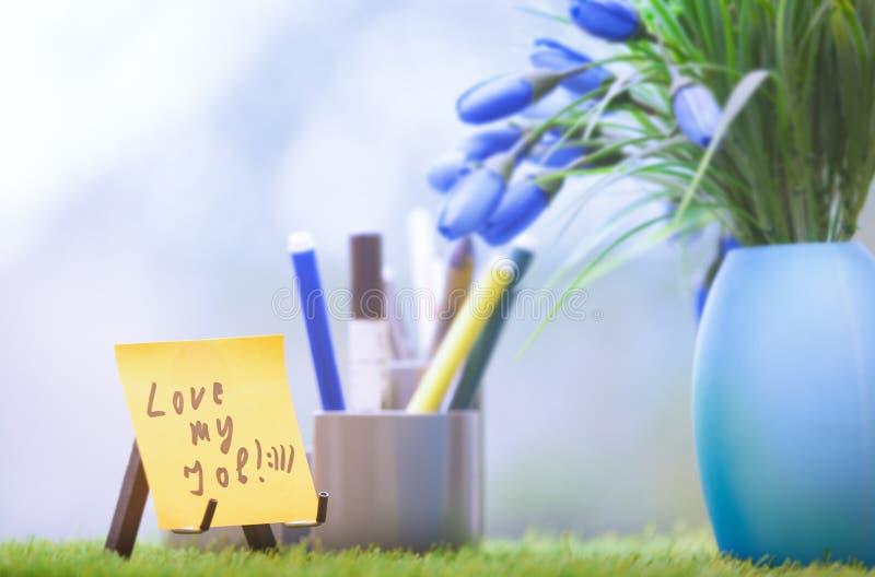 Слипчивое примечание с влюбленностью мой текст работы на зеленом офисе стоковые фотографии rf