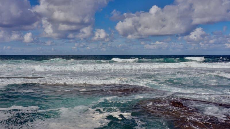 Слияние Атлантика и неба, синь в голубом симфонизме стоковые фотографии rf