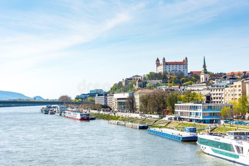 Словакия, Братислава - 14-ое апреля 2018: Городской пейзаж столица Братиславы, Словакии Исторический замок на холме река danube стоковая фотография rf