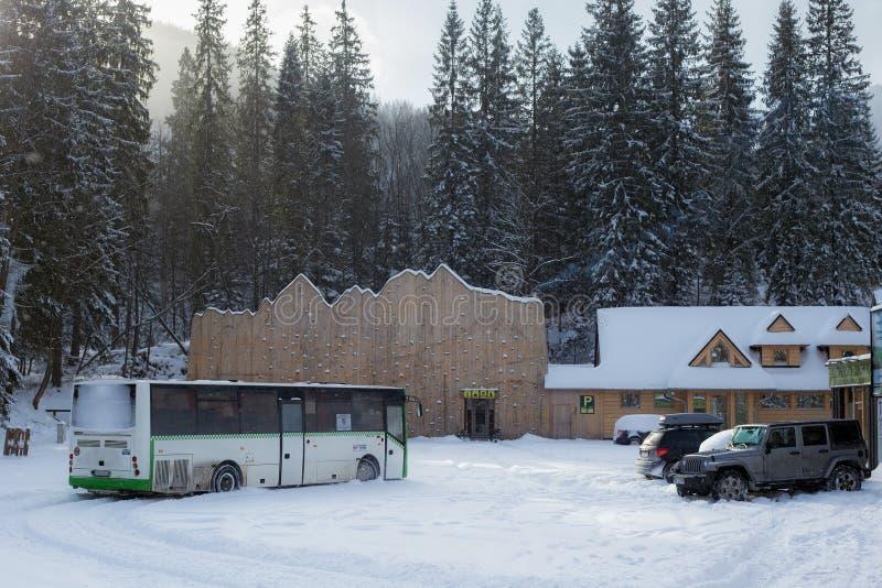 СЛОВАКИЯ, LYSA POLANA - 5-ОЕ ЯНВАРЯ 2015: Автобусная станция в Словакии около границы заполированност-словака стоковое фото rf