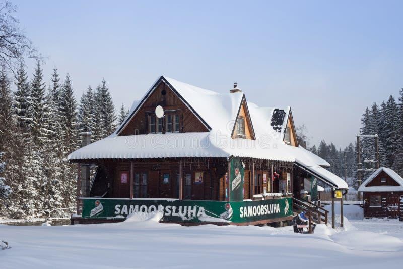 СЛОВАКИЯ, LYSA POLANA - 5-ОЕ ЯНВАРЯ 2015: Магазин продукта в традиционном деревянном коттедже стоковые изображения rf