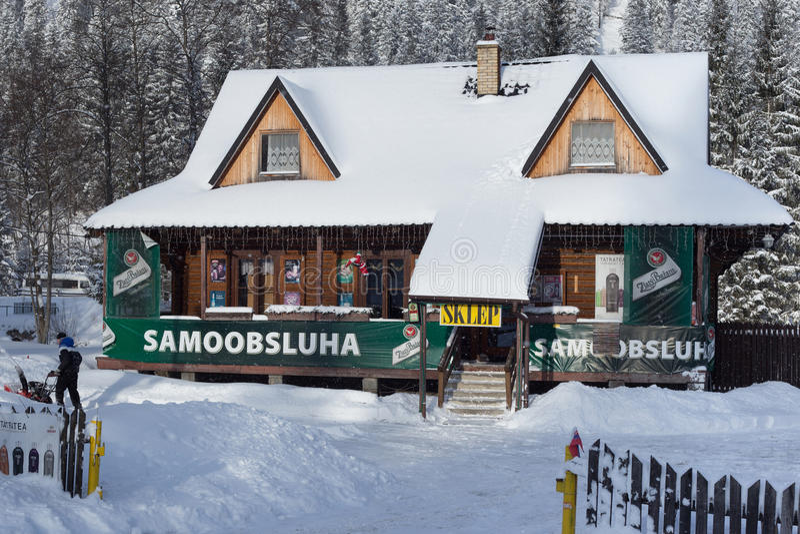 СЛОВАКИЯ, LYSA POLANA - 5-ОЕ ЯНВАРЯ 2015: Магазин продукта в традиционном деревянном коттедже стоковая фотография rf