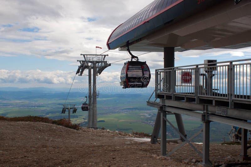 СЛОВАКИЯ, TATRANSKA LOMNICA - 9-ОЕ МАЯ: Современный кабел-кран в высоком Tatras стоковое изображение rf