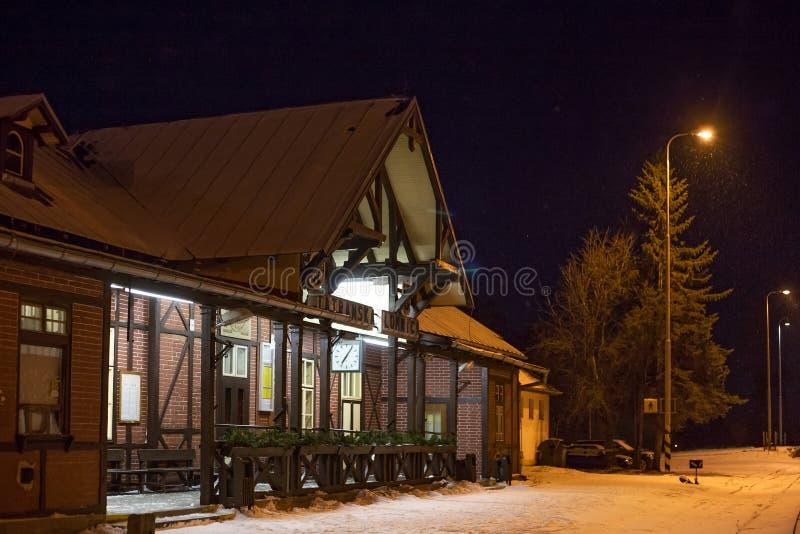 СЛОВАКИЯ, TATRANSKA LOMNICA - 5-ОЕ ЯНВАРЯ 2015: Железнодорожный вокзал Tatranska Lomnica стоковые фото