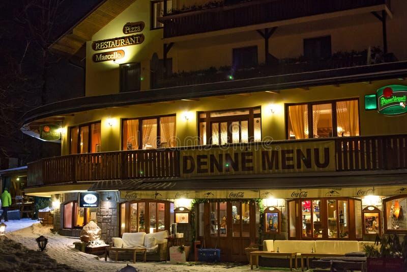 СЛОВАКИЯ, TATRANSKA LOMNICA - 5-ОЕ ЯНВАРЯ 2015: Традиционный ресторан в Tatranska Lomnica на ноче зимы стоковое изображение