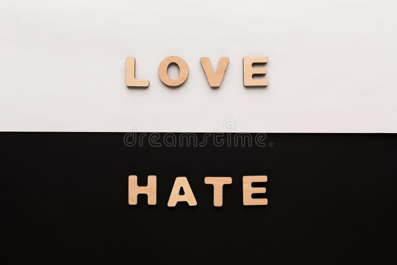 Слова влюбленность и ненависть на предпосылке контраста стоковые фотографии rf