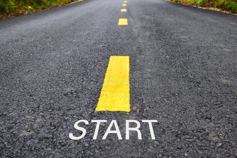 Слова старта с желтой линией маркировкой на дорожном покрытии в парке стоковое изображение rf