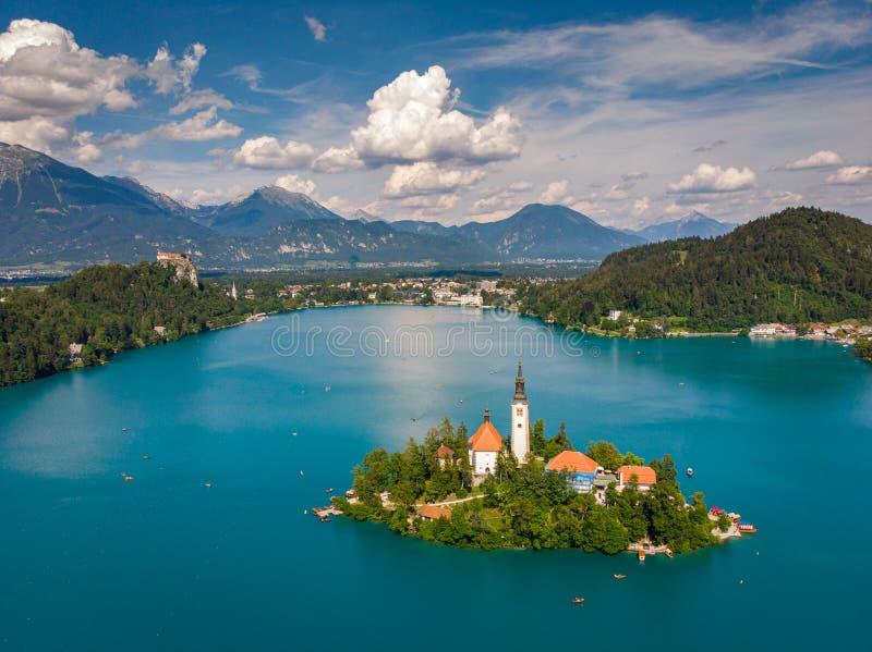 Словения - озеро курорта вида с воздуха кровоточило Воздушная фотография трутня FPV стоковое фото rf