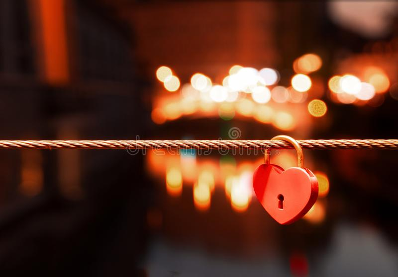 Словения ljubljana Полюбите цепи на мосте реки, padlocks стоковая фотография rf
