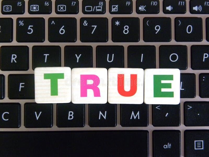 Слово верно на предпосылке клавиатуры стоковые фото