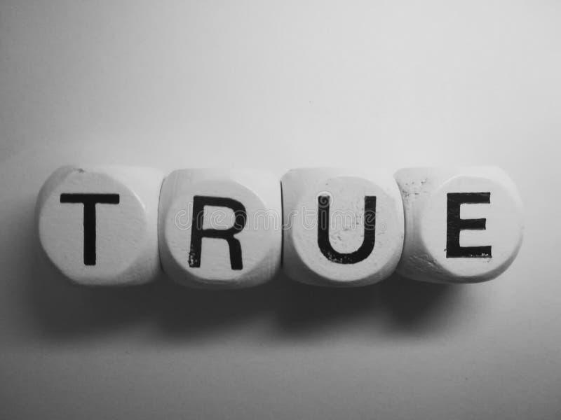 Слово верно сказанное по буквам на кости стоковая фотография rf