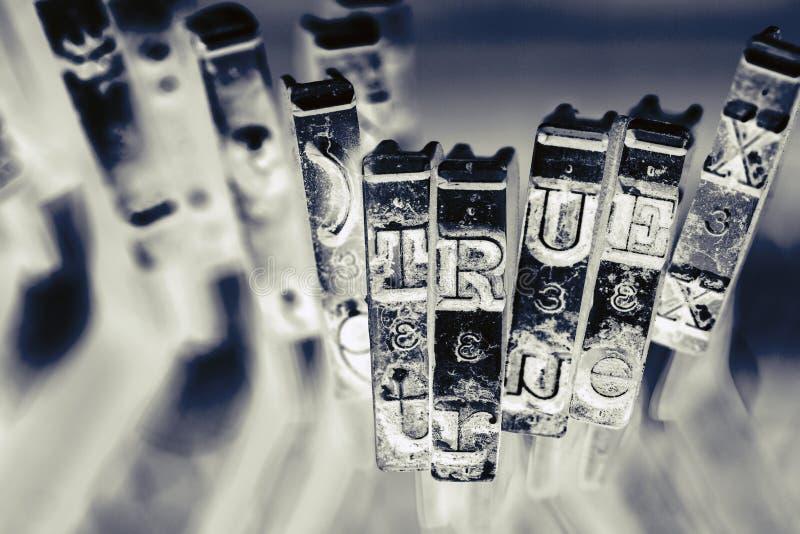 Слово ВЕРНО со старыми ключами typwriter стоковая фотография