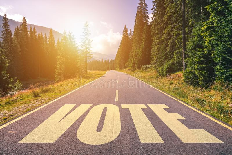 Слово голосования написанное на дороге в горах стоковая фотография rf