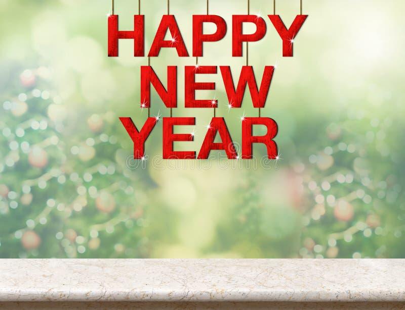Слово красного счастливого Нового Года деревянное вися над мраморной столешницей с стоковое изображение rf