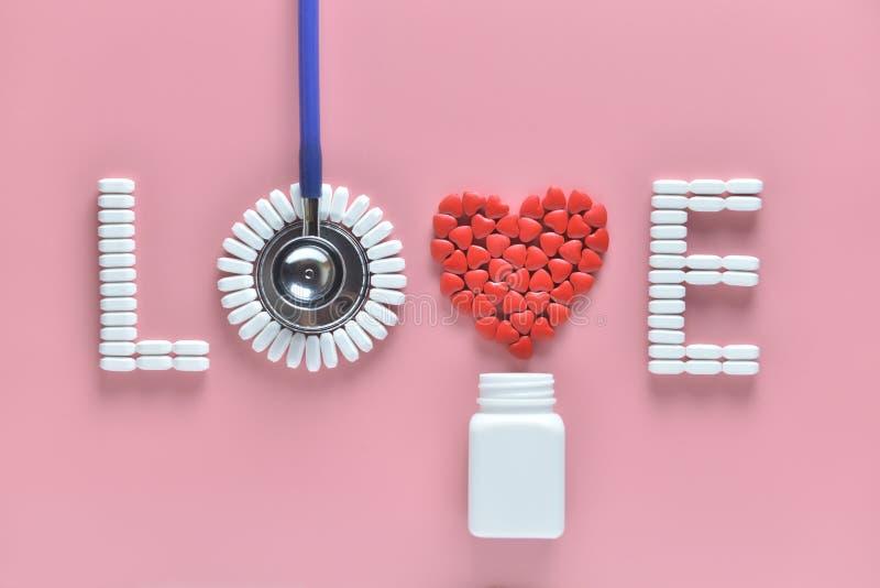 Слово ЛЮБОВ сделанное из таблеток медицины, красной формы сердца лить из белой бутылки и стетоскопа, на розовой предпосылке стоковые фотографии rf