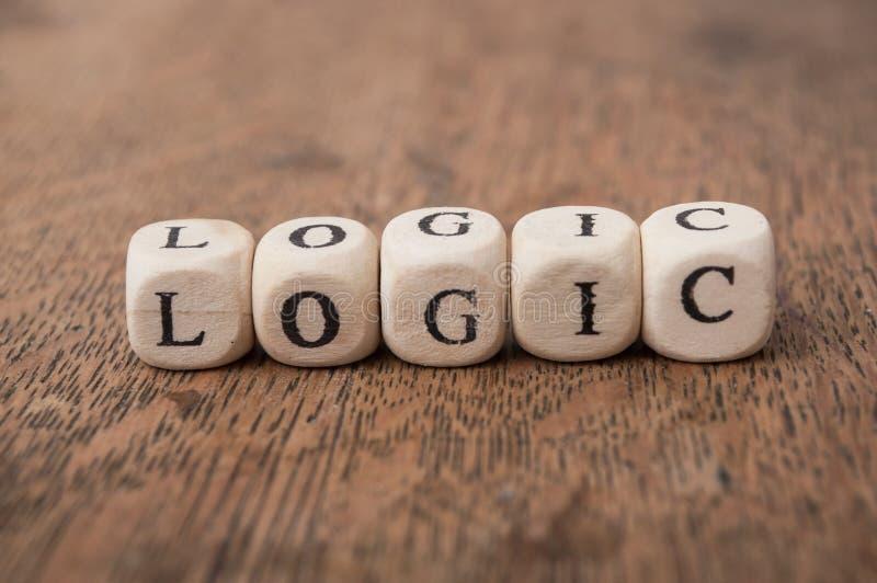 слово на деревянном кубе на деревянной концепции предпосылки стола - логике стоковая фотография rf