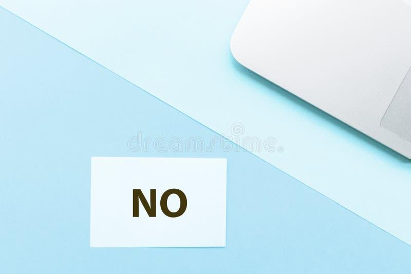Слово никакое и ноутбук на голубой предпосылке Творческая концепция канцлерского суда минимализма Взгляд сверху, плоское положени стоковое изображение rf