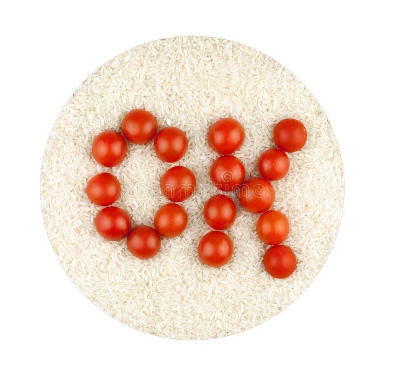 Слово О'КЕЙ сделанное от томатов на предпосылке гроутов риса стоковое изображение