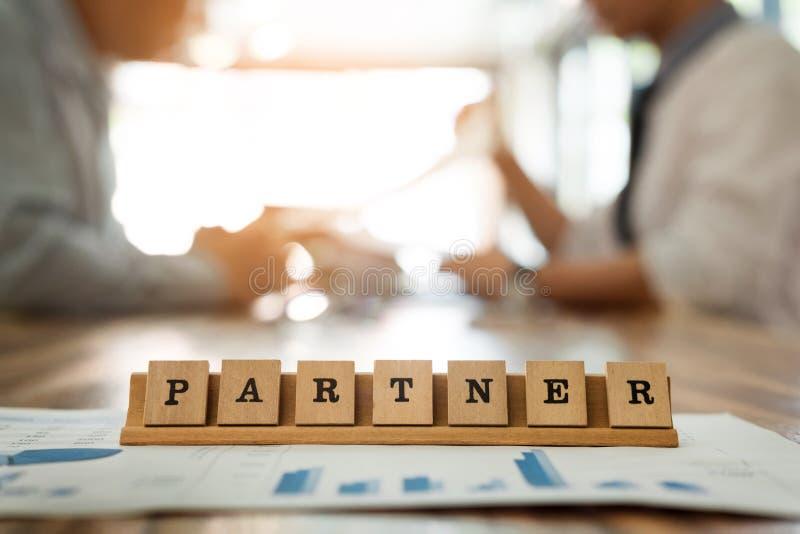 слово партнера на деревянной таблице с бизнесменом обсуждает для работы du стоковые фото