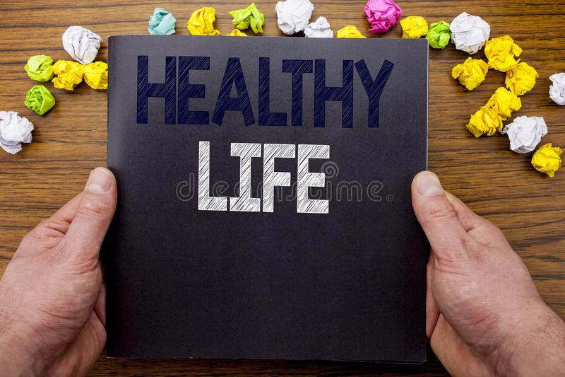 Слово, писать здоровую жизнь Концепция дела для хорошей здоровой еды написанной на книге тетради блокнота на деревянной деревянно стоковые фото