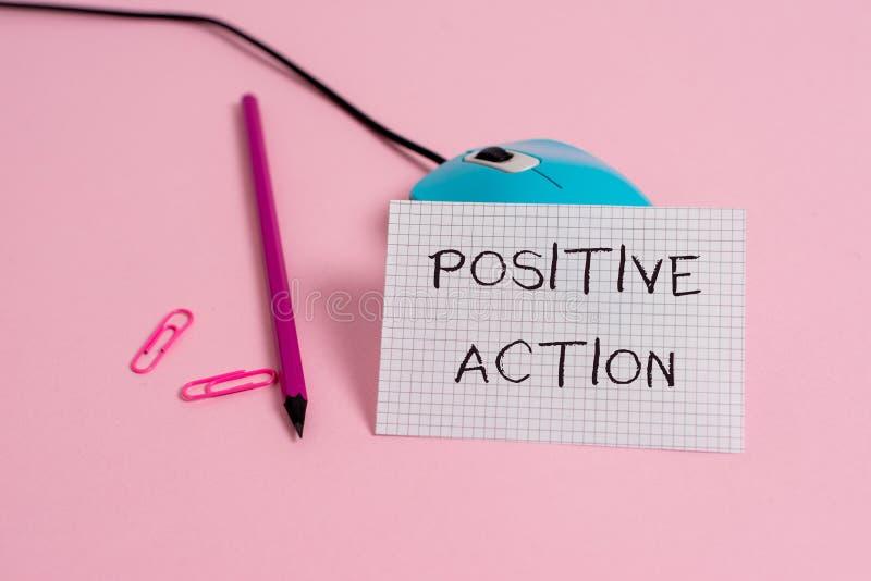 Слово писать тексту положительное действие Концепция дела для делать хорошую ориентацию против провода реакции некоторой ситуации стоковое изображение rf