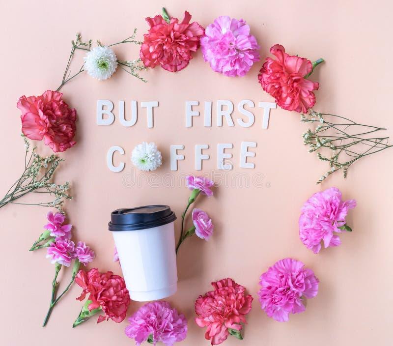 Слово положенного но первого кофе минимальной квартиры деревянное с свежим цветком стоковые изображения rf