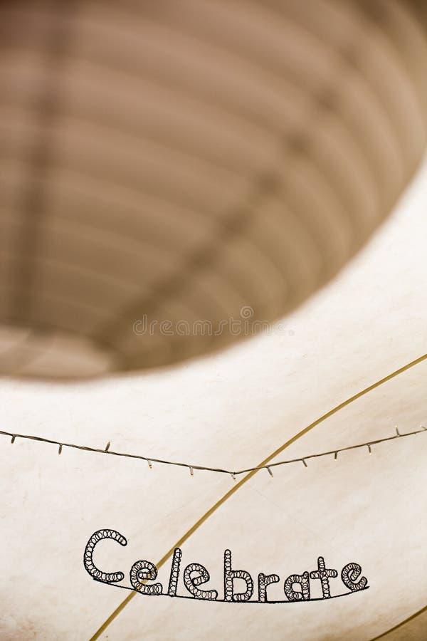 Слово празднует в изогнутом художественном произведении металла с бумажными светлыми тенями стоковые фотографии rf