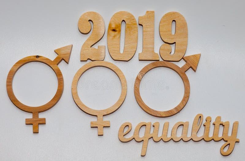 Слово РАВНОСТИ высекаенное из переклейки Символ равенства полов o стоковая фотография