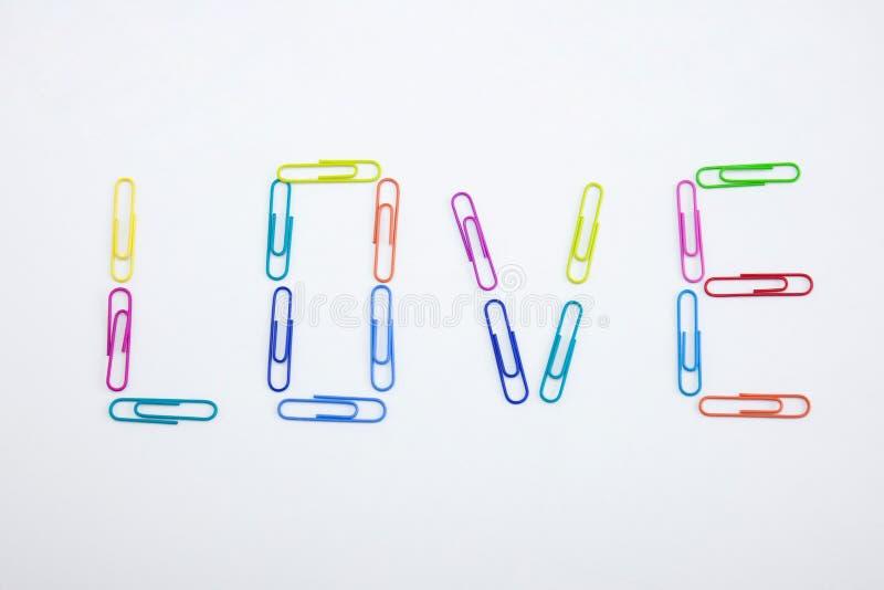 Слово сделанное из красочных paperclips, крупный план ЛЮБОВ стоковые фотографии rf