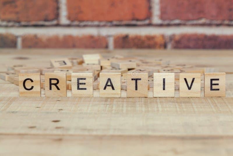 Слово творческое на деревянном блоке стоковые изображения